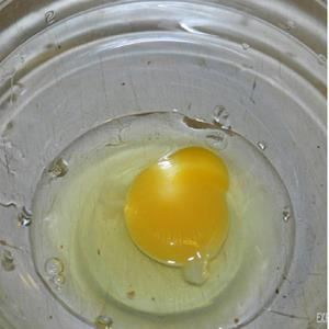 Яйца куриные, которые вы взбиваете для приготовления теста