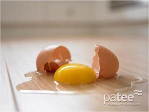 Яйцо упало и разбилось