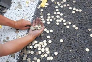 Рассыпанные монеты на улице