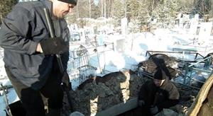 Копать землю на кладбище