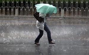 Попасть под дождь в плаще и под зонтом