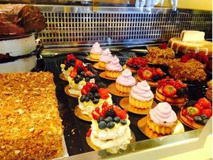 Пирожные на витрине