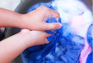 Отстирывать одежду в ванной