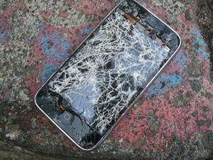 Разбитый телефон на улице