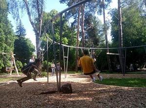 Катание на качелях в парке