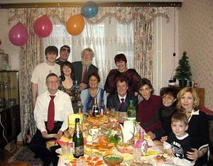 Родственники за столом