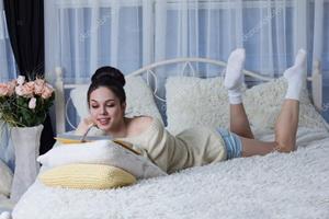 Чтение книги на кровати