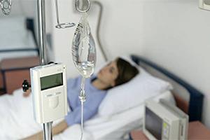 Человек под капельницей в больнице