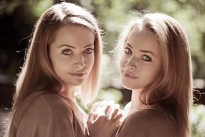 Девушки - близнецы