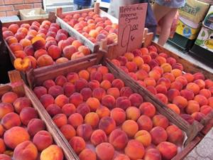 Персики на прилавке