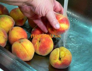 Мытьё персиков