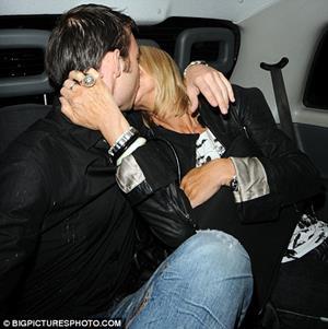 Поцелуй на заднем сиденье